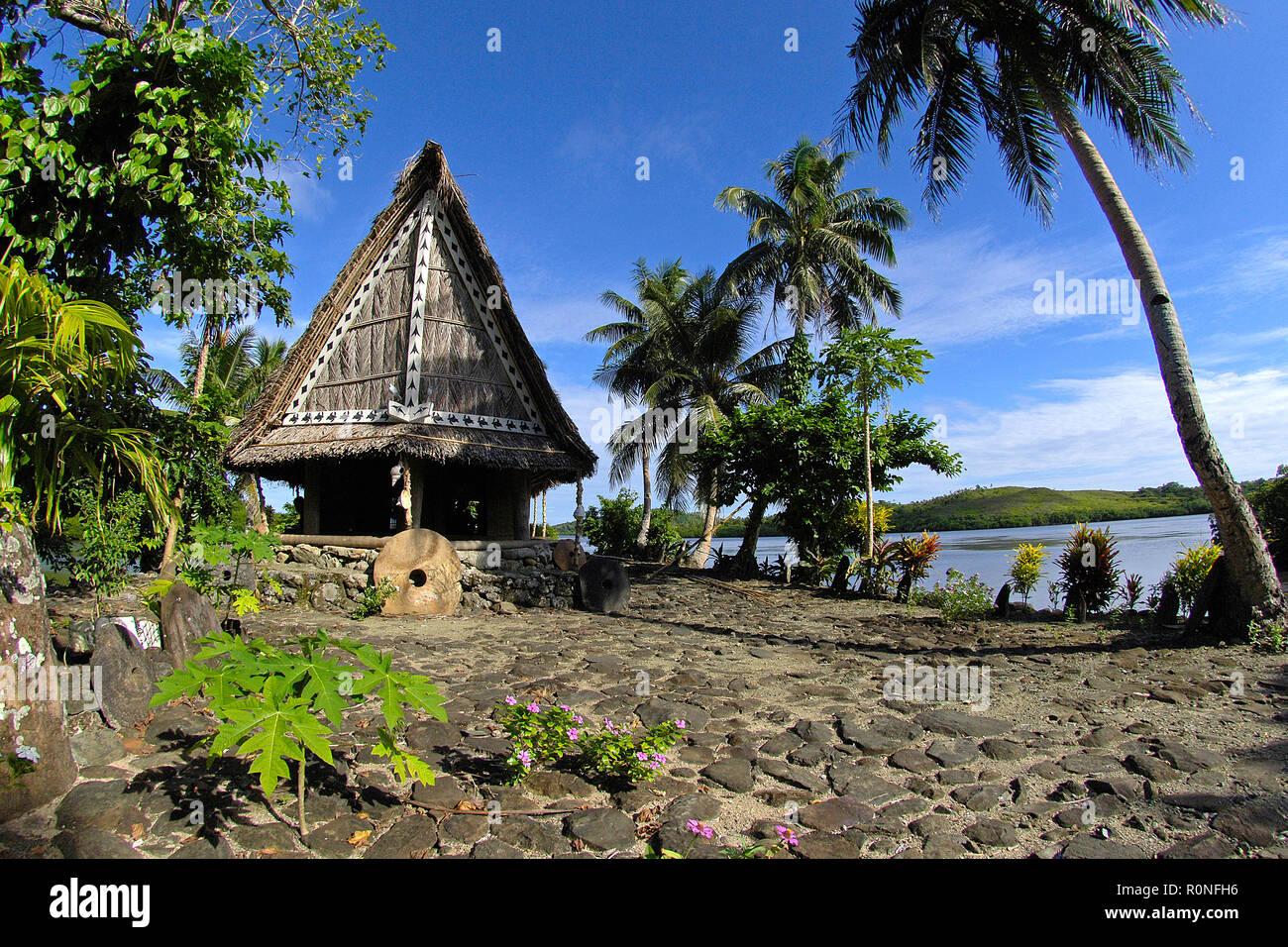 Männerhaus Steingeld traditionellem vor, Yap, Mikronesien   Stone de l'argent à un hommes traditionnels house, Yap, Micronésie Banque D'Images