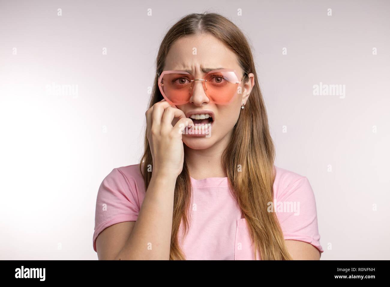 Femme avec mauvaise habbit nerveux Photo Stock