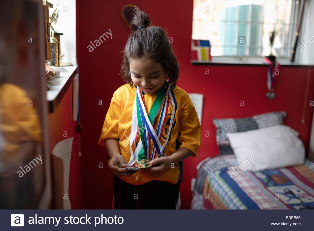 Garçon en uniforme de football le port des médailles dans la chambre Photo Stock