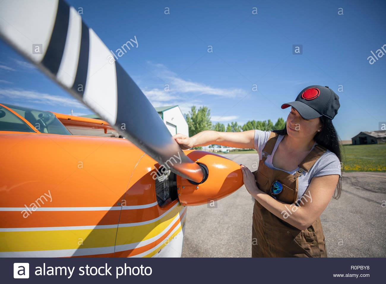 Ingénieur Vérification de l'hélice n femelle on airplane Photo Stock