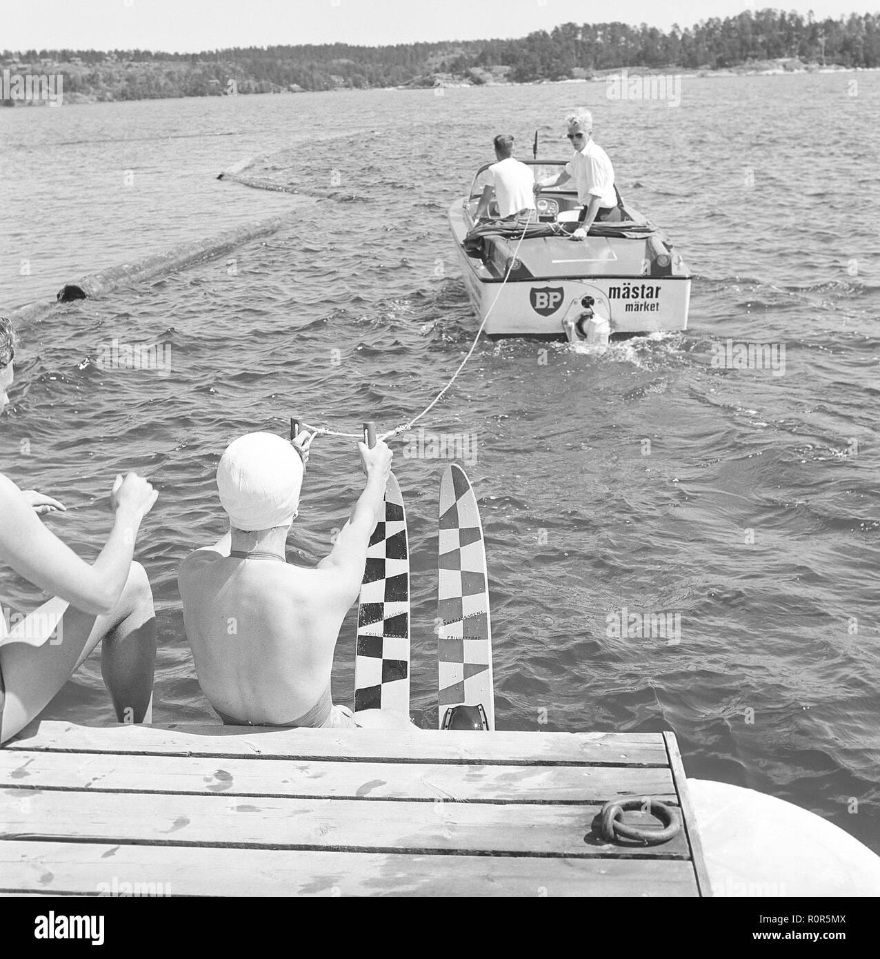 dc7bfb151ab Le ski nautique dans les années 60. Une jeune femme va le ski nautique.