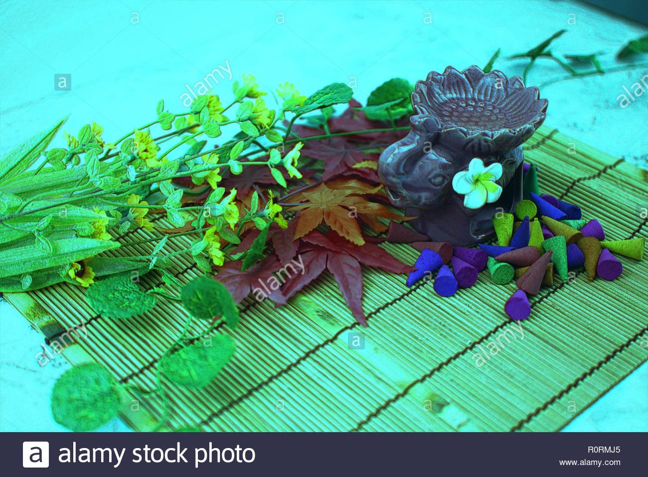cuisinière d'arome et multi couleur du parfum de l'encens avec l