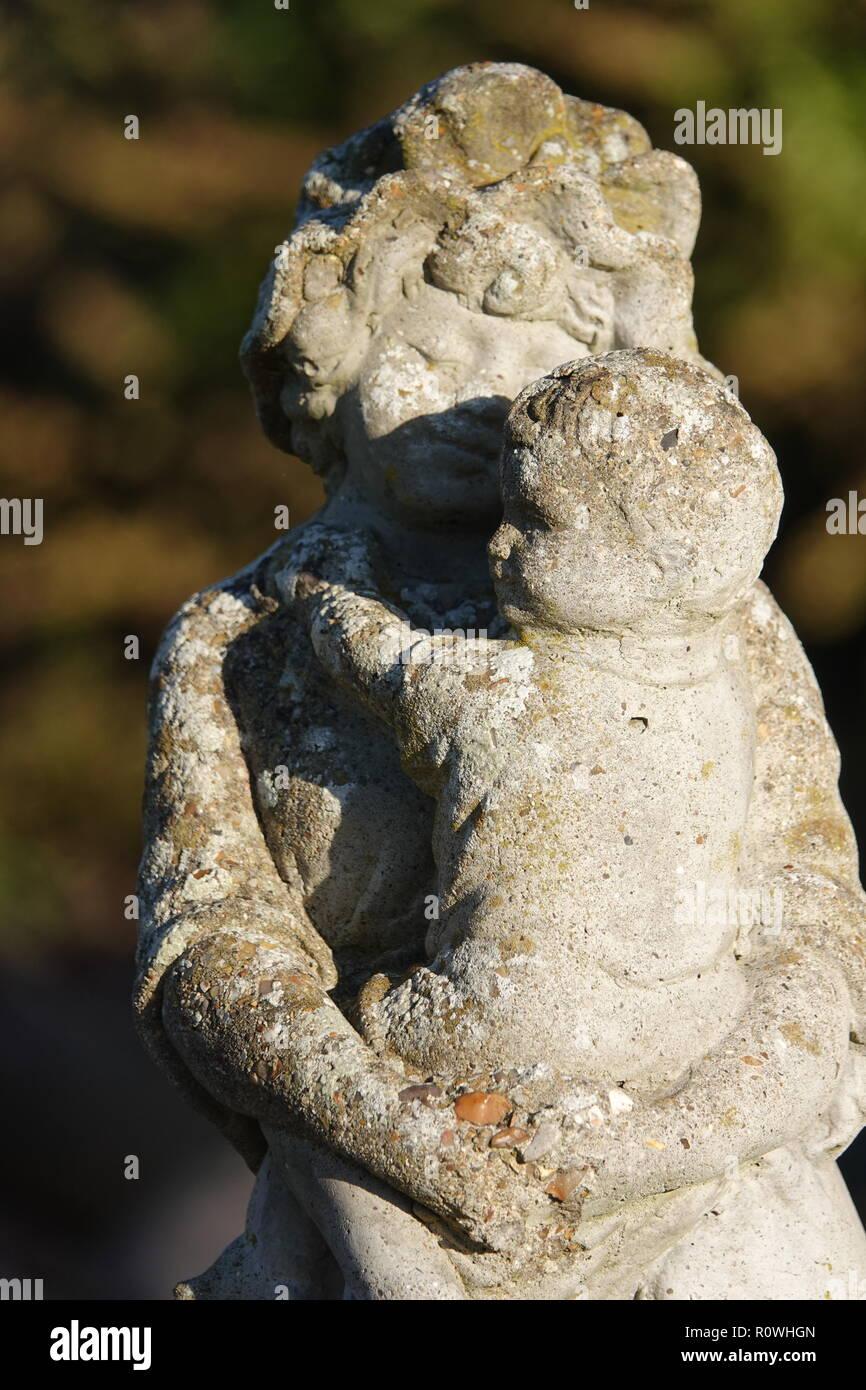 La mère et l'enfant statue de jardin en fonte patiné Banque D'Images