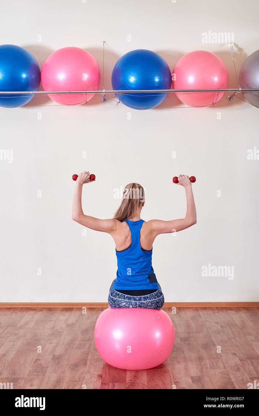 athletic femme fait des exercices sur un ballon de fitness , à l