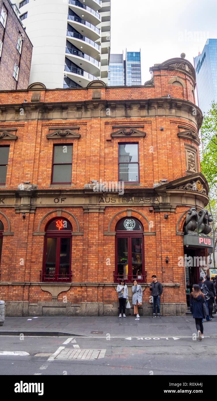 Ancienne Banque d'Australasie maintenant les 3 singes sages pub au coin de Liverpool St George Street Sydney NSW Australie. Photo Stock