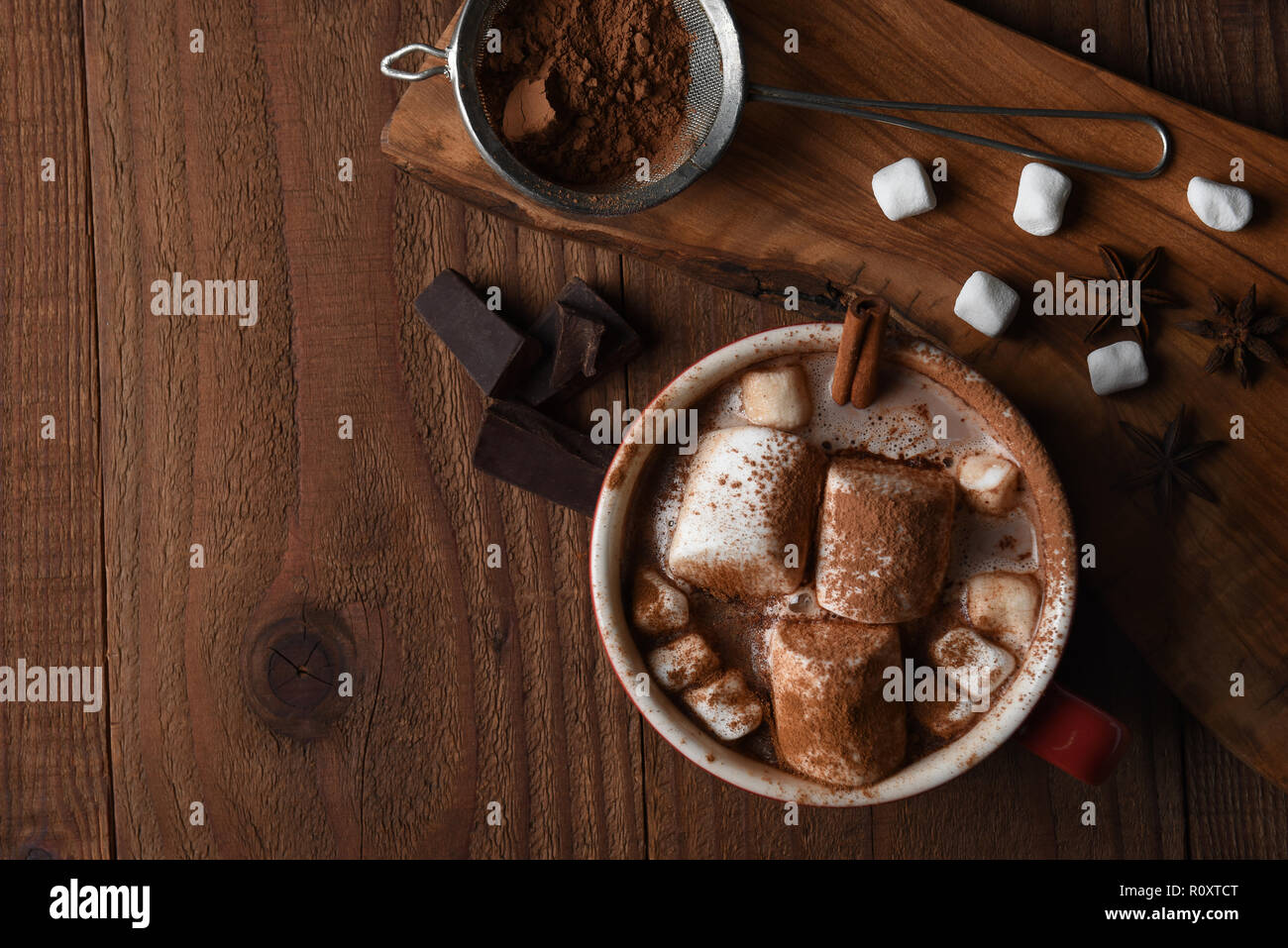 Coup de frais généraux d'une grande tasse de chocolat chaud avec des guimauves sur une table de cuisine en bois rustique, avec l'exemplaire de l'espace. Banque D'Images