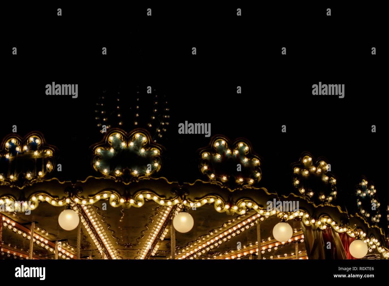 Golden carrousel lumineux lumineux, silhouette sur night city, romantique, nostalgie, mélancolie, d'événements festifs, copy space Photo Stock