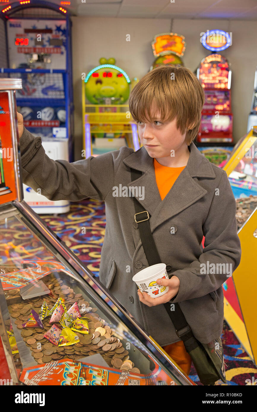 Garçon jouant à salle d'amusement, Penzance, Cornwall, Angleterre, Grande-Bretagne Photo Stock