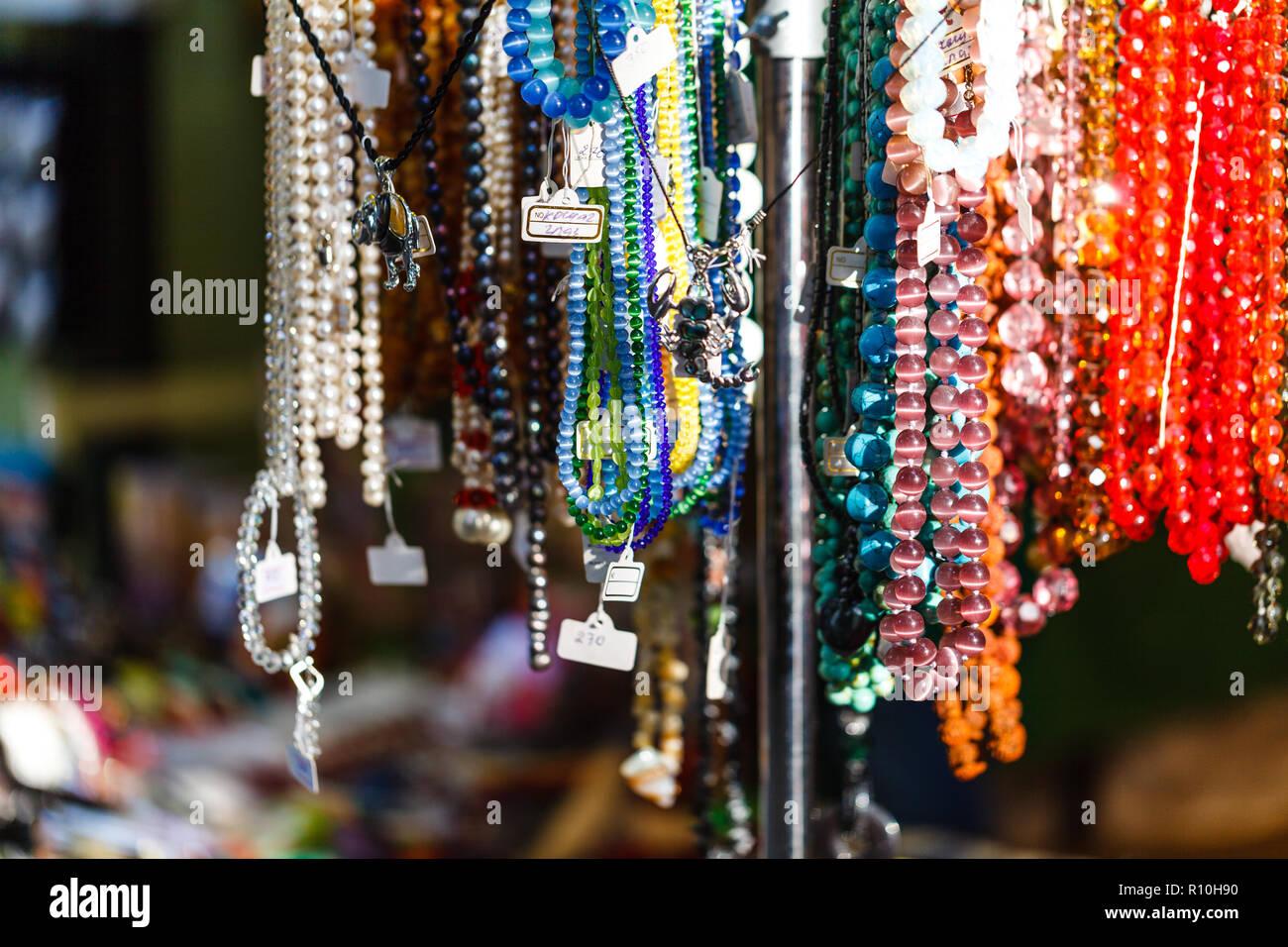 Les Bijoux de costume dans un magasin de détail de rue Photo Stock c019727a50a4