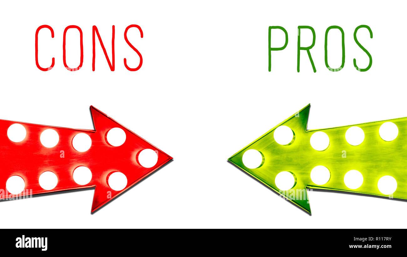 Avantages et inconvénients de la feuille verte et rouge vintage retro éclairé flèches droite avec ampoules. Image Concept pour les avantages et les inconvénients, les risques et l'opp Photo Stock