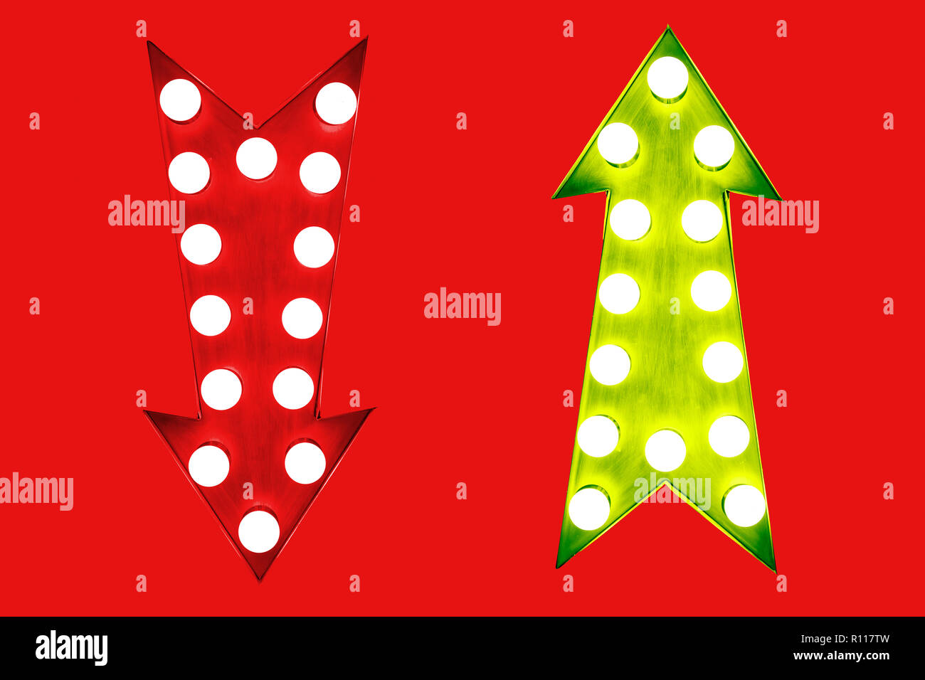 Avantages et inconvénients le rouge et vert jusqu'vintage retro éclairé flèches avec ampoules. Image Concept pour les avantages et les inconvénients, les risques et les possibilités Photo Stock