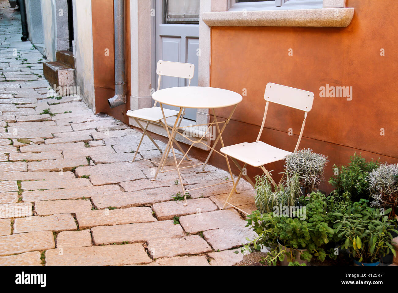 Des chaises et une table dans le jardin. Chaises en acier et ...