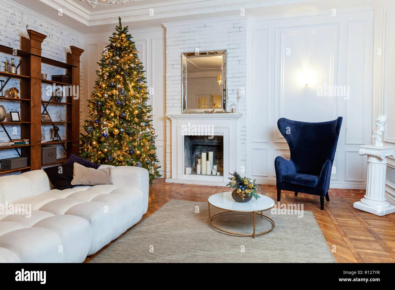 La Décoration De Noël Classique Chambre Intérieure (Nouvel An Des Arbres.  Arbre De Noël Avec Des Décorations Du0027or. Style Classique Blanc Moderne  Appartement ...