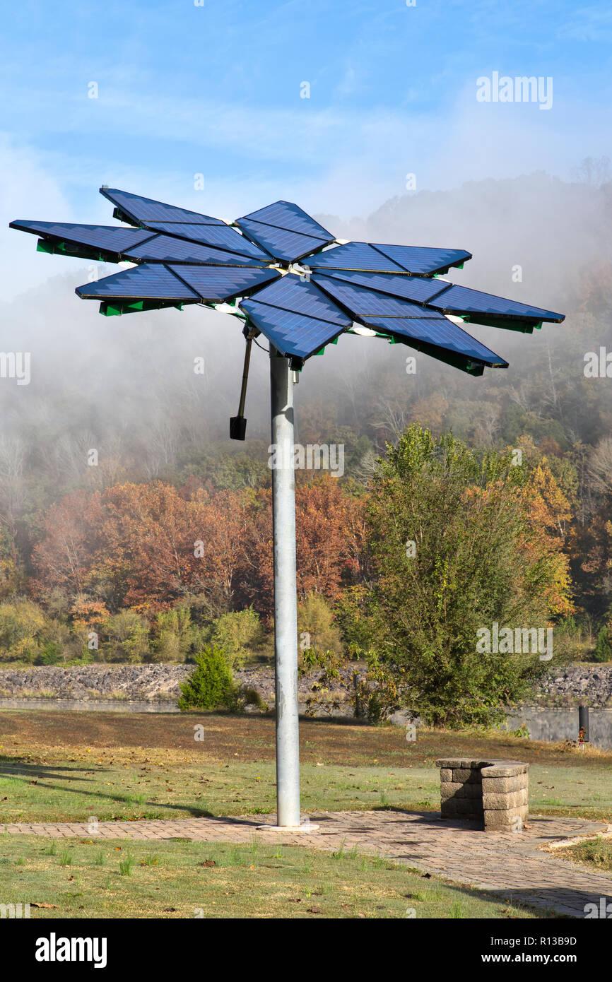 """La batterie solaire identifiés comme 'Solar Flair"""" photovoltaïque, facilite la station de charge de véhicules électriques, dissiper le brouillard du matin. Photo Stock"""