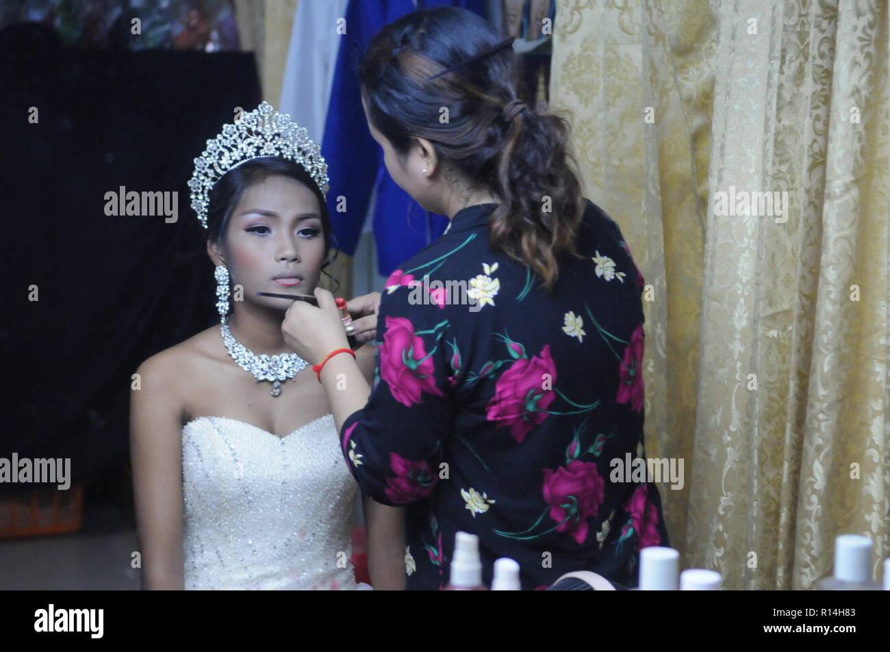 Epouse cambodgienne se préparer pour un mariage traditionnel
