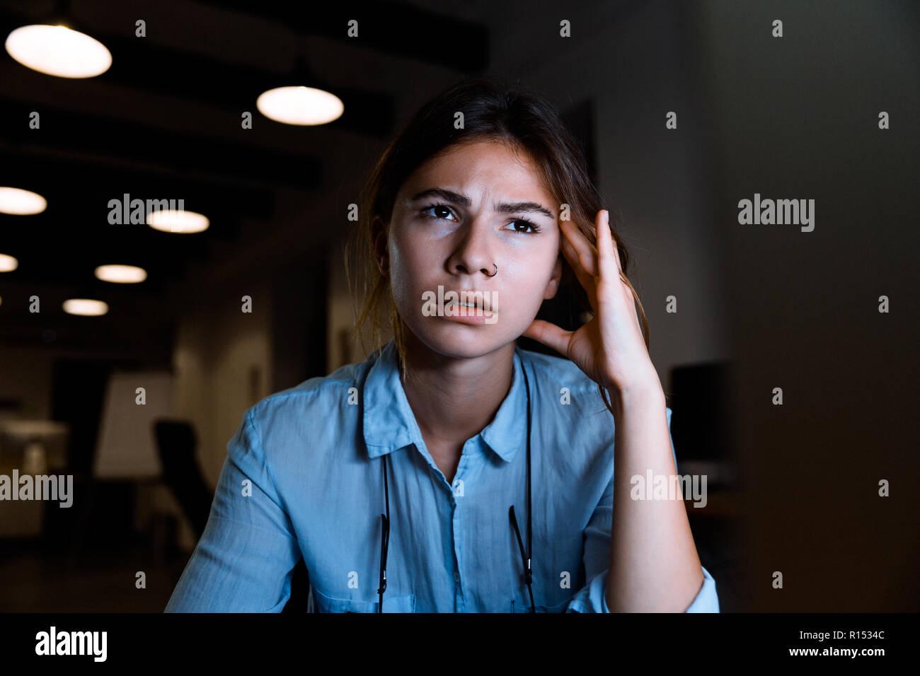 Photo de jeune femme concentrée à laide dordinateur pc graphiste