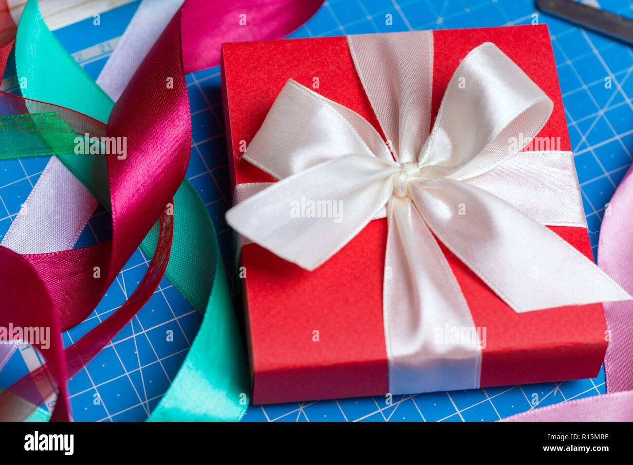 Fond scrapbook. Beau cadeau sur le Jour de Valentines Photo Stock