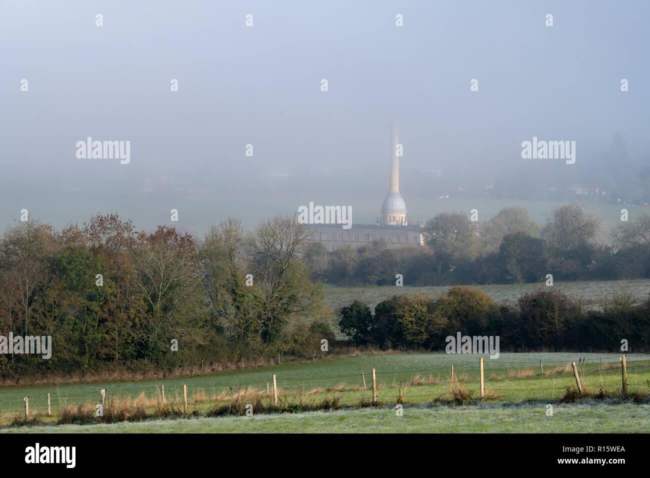 Tôt le matin, brouillard sur Bliss Tweed Mill en automne. , Cotswolds Chipping Norton, Oxfordshire, Angleterre Banque D'Images