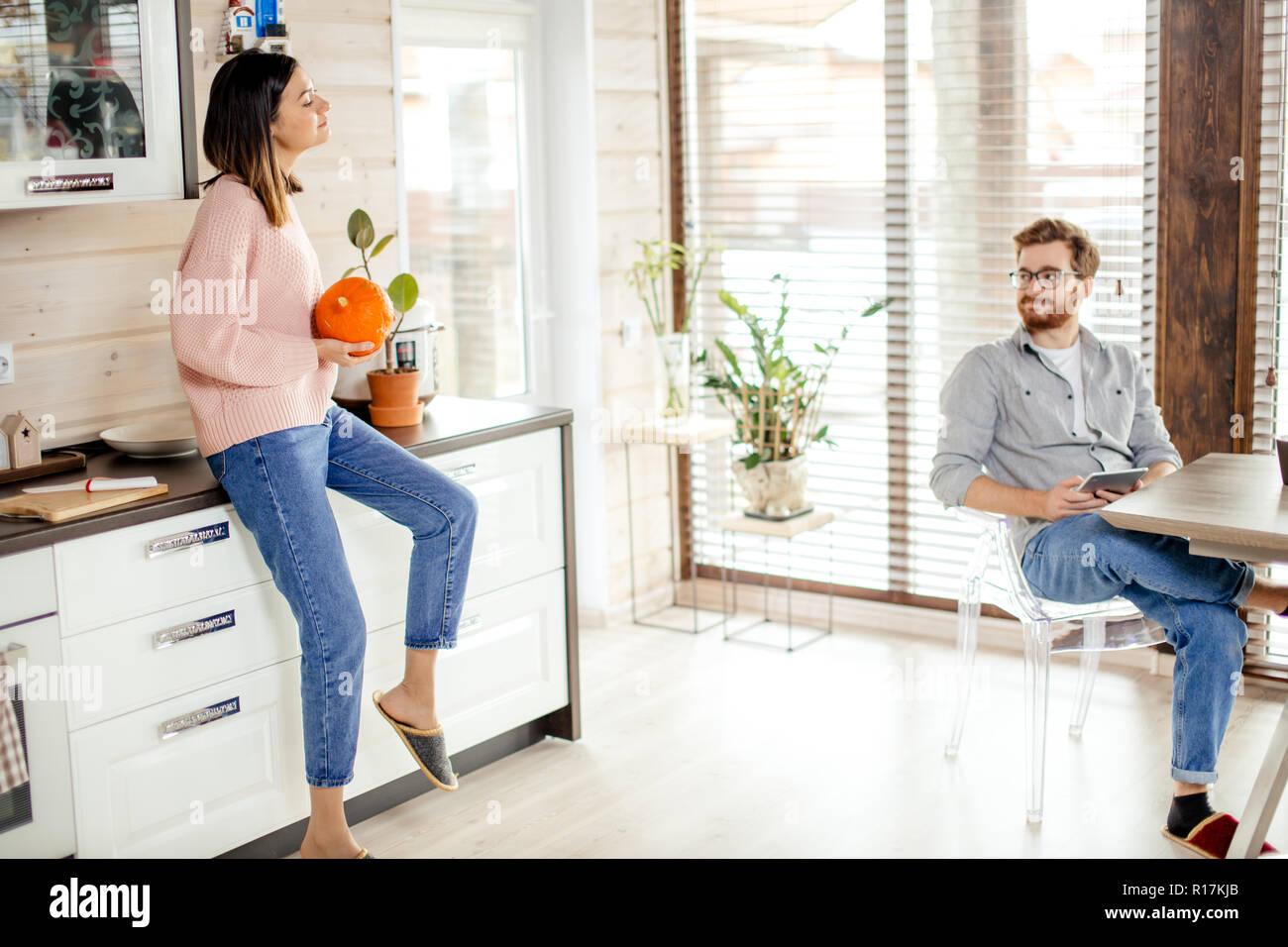 Jeune couple prévues matin in new home, discuter de leurs plans pour l'avenir Photo Stock