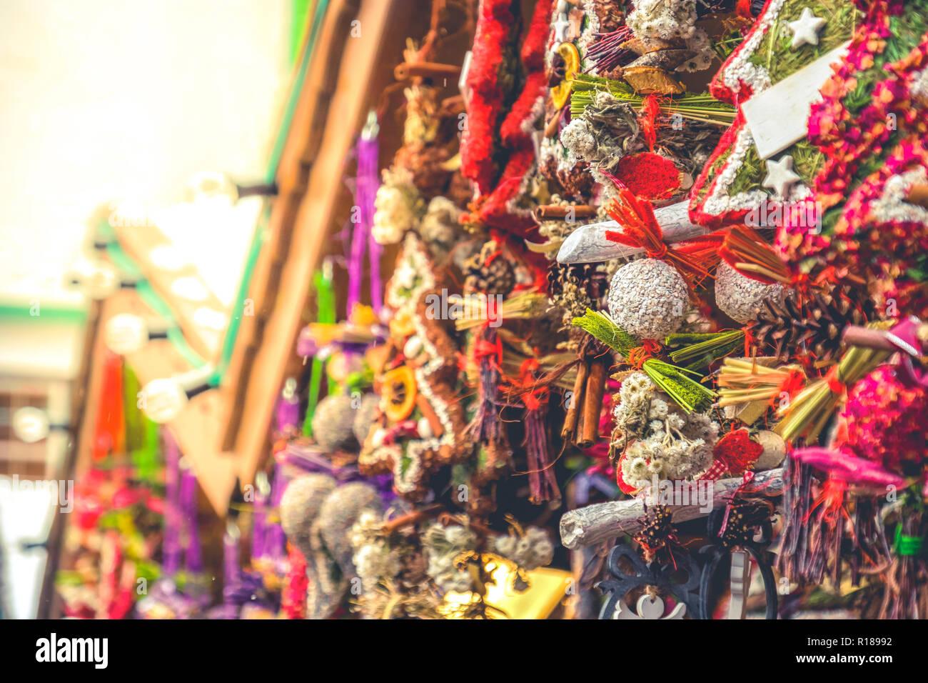 Ton chaleureux marché de noël couronnes lens flare détails décrochage décoration mat kiosk Photo Stock