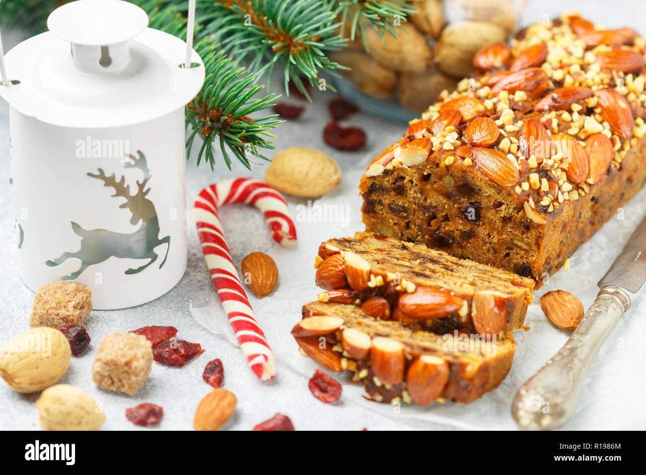 Gâteau aux fruits. Gâteau de Noël traditionnel avec amandes, canneberges séchées, cannelle, cardamome, anis, girofle. Nouvelle année. Selective focus Photo Stock