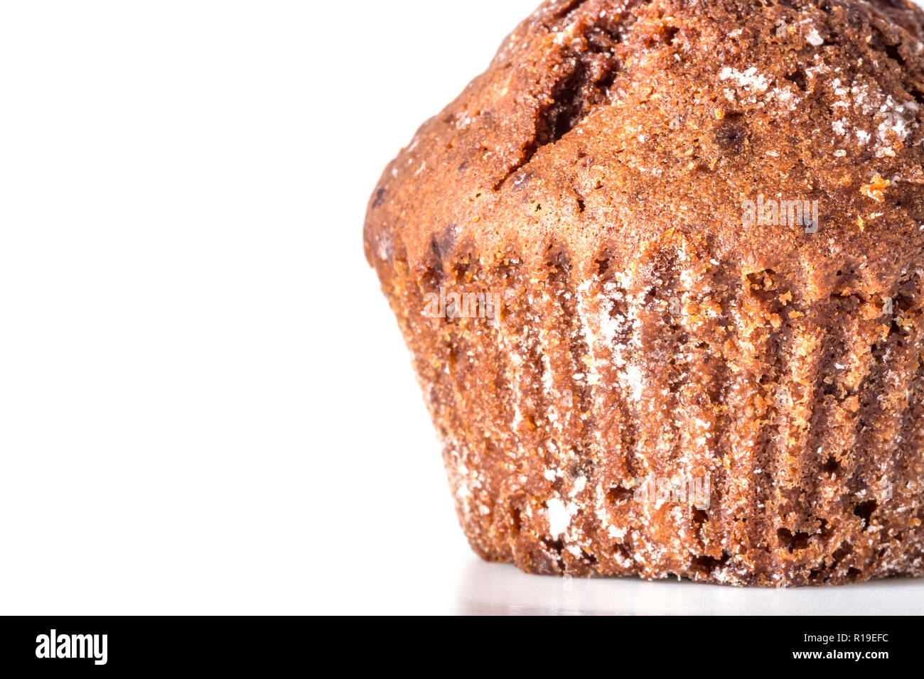 Gâteau au chocolat, muffin close-up macro avec un certain nombre de miettes isolé sur fond blanc Photo Stock