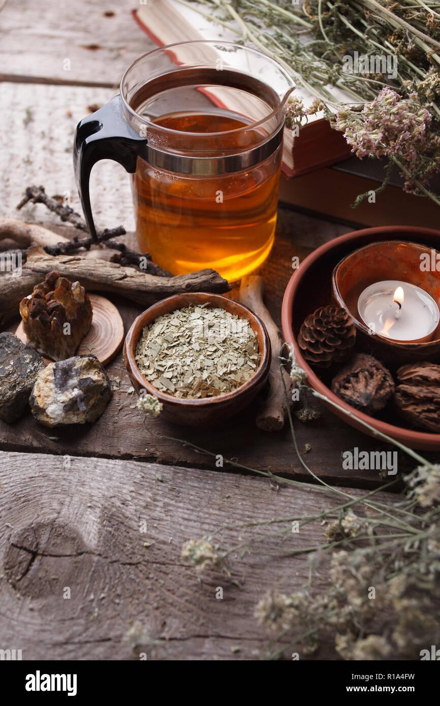 Style de vie sain en théière en verre, herbes sèches, les plantes et les pierres sur la table en bois. L'homéopathie, médecine alternative, phytothérapie et rituels occultes, concept monochr Banque D'Images