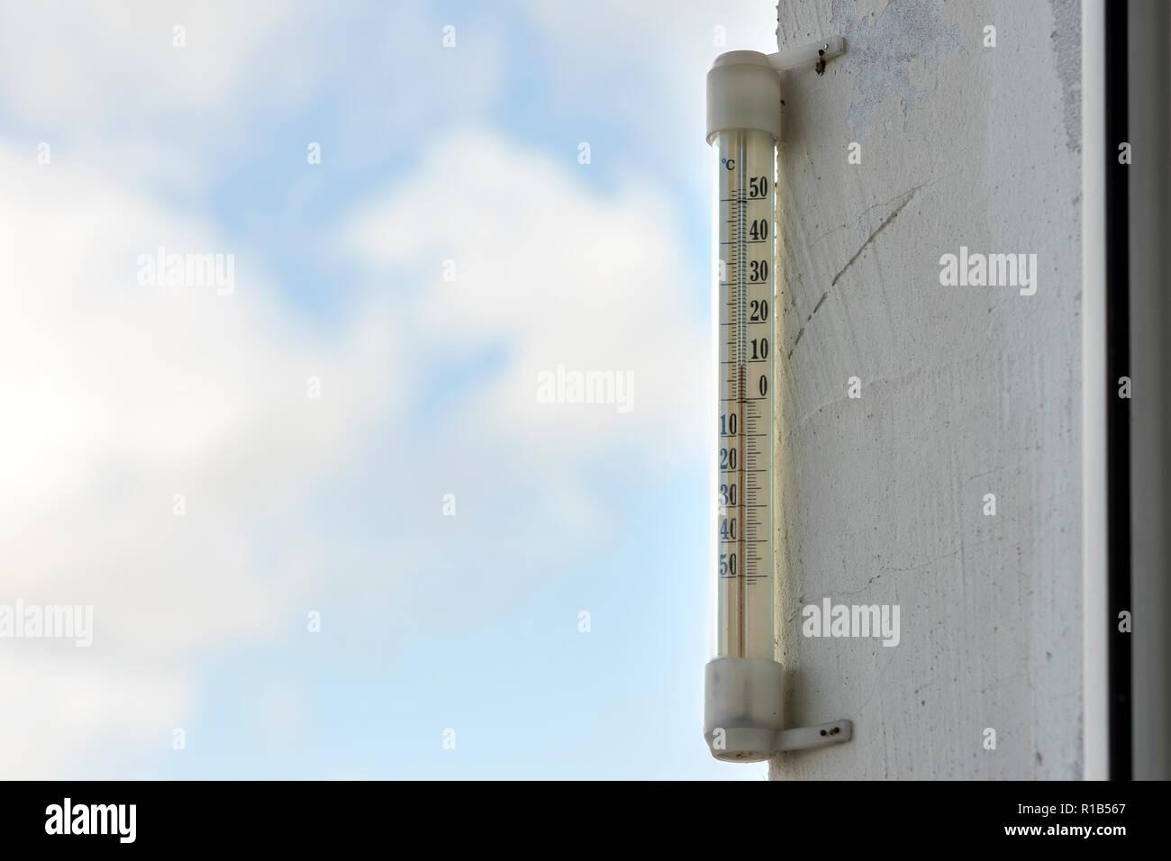 Enduit Blanc Mur Exterieur l'alcool traditionnel thermomètre de verre celsius attaché à