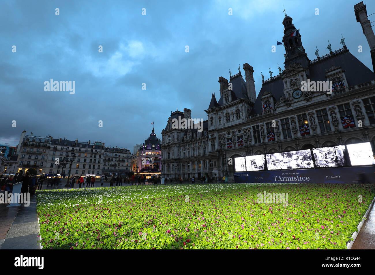 À l'occasion du centenaire de l'Armistice de la Première Guerre mondiale, l'hôtel de ville de Paris définit 94 415 bleu, blanc et rouge fleurs en face de l'hôtel de ville. Banque D'Images