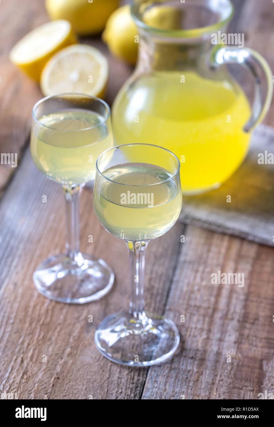 Deux verres de limoncello sur le fond en bois Banque D'Images