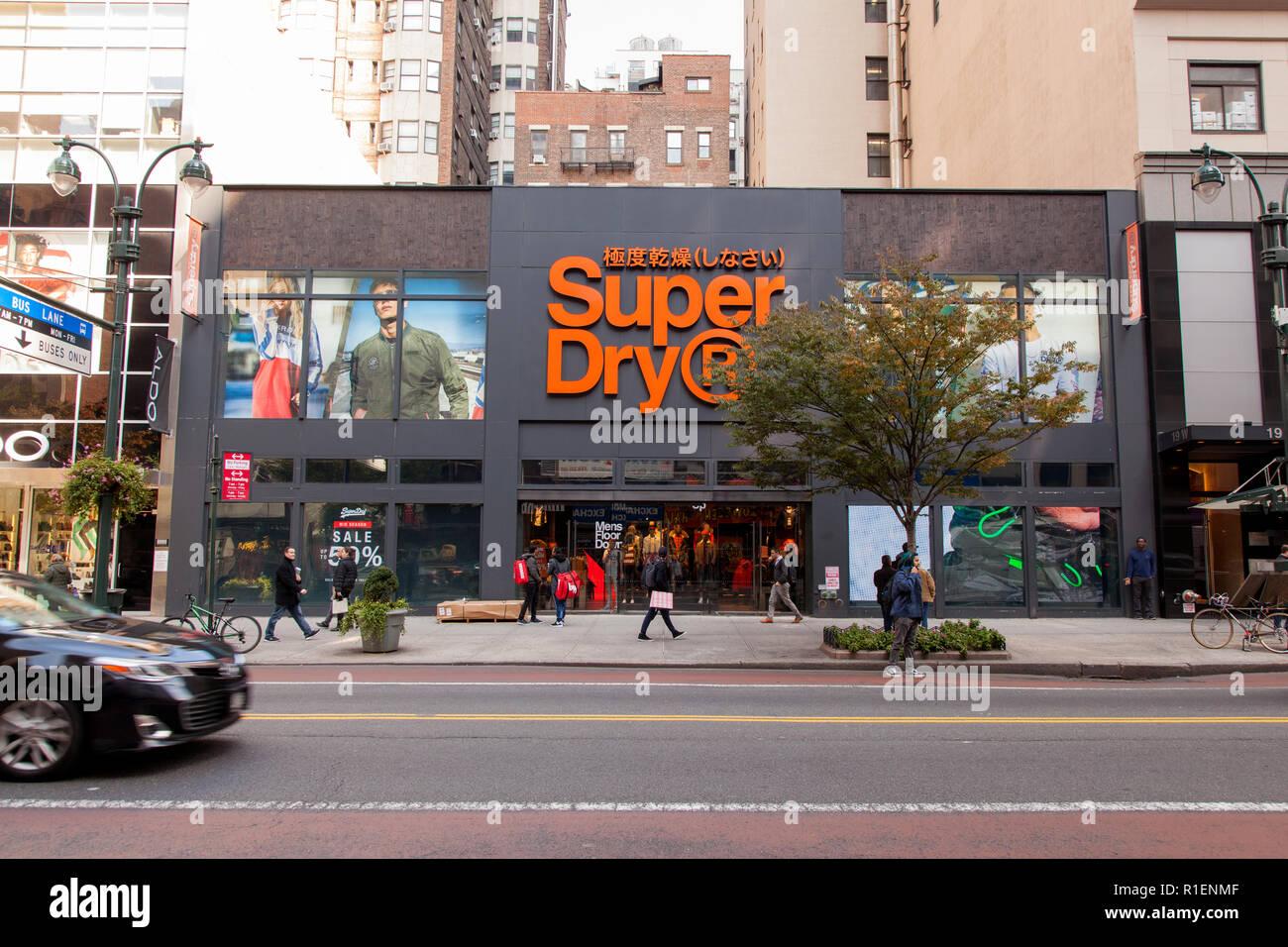 Magasin Super Dry w 34th Street, Midtown, Manhattan, New York City, États-Unis d'Amérique. Banque D'Images
