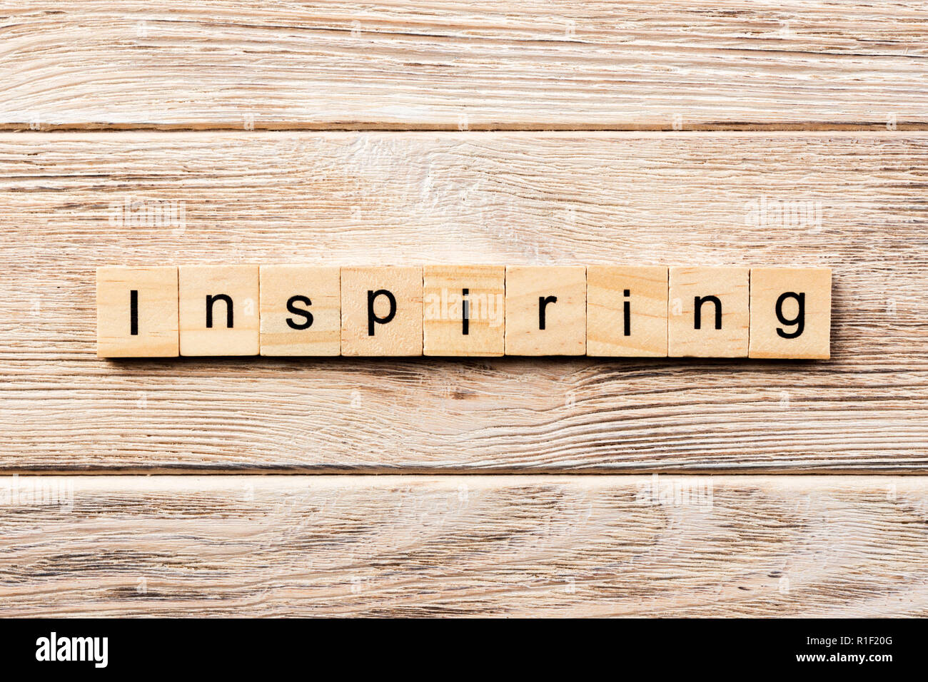 Mots inspirants écrit sur bloc de bois. texte inspirant sur table, concept. Photo Stock