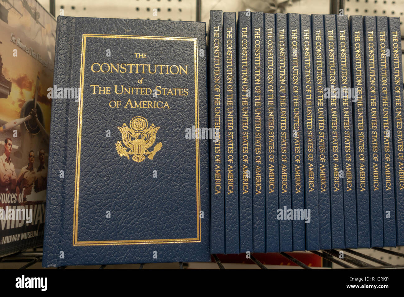 Plateau de la librairie avec une ligne de la Constitution des États-Unis d'Amérique. Photo Stock