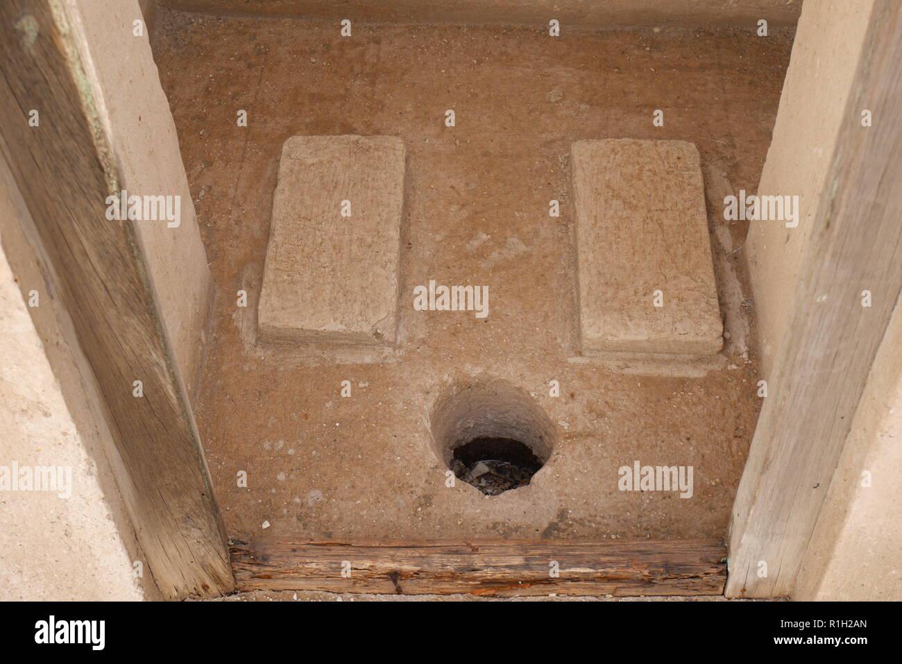 Trou dans le plancher, l'accroupissement toilettes, Al Alawi House, situé sur le sentier des perles, Manama, Royaume de Bahreïn Photo Stock