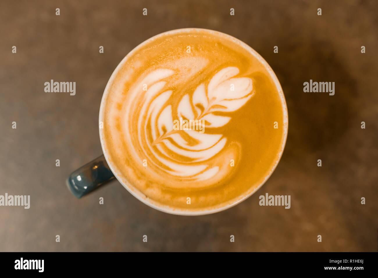 Vue de dessus, latte art, tasse de café sur la table en pierre grise. Photo Stock