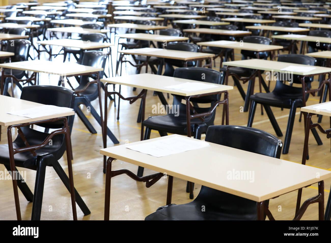 Bureaux Pour Etudiants : Vue dun grand hall de la salle dexamen et de lexamen bureaux