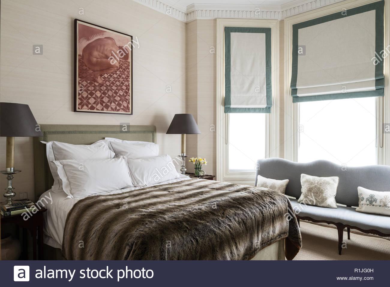 Chambre à coucher style pays couverture fourrure Photo Stock