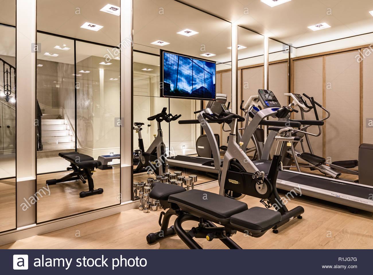 Gym à domicile avec des miroirs Photo Stock