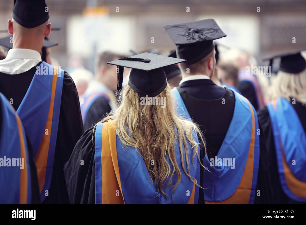 Cérémonie de remise des diplômes à l'université diplômés portant mortier et une blouse Banque D'Images