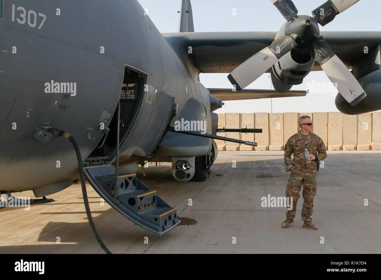 Le Lieutenant-colonel de l'armée américaine Jessie Griffith, commandant du 925e Bataillon du contractant, est à côté d'une AC-130W Stinger II durant son combat bataille circulation à Al Asad Air Base (AAAB), l'Iraq, 5 octobre 2018. AAAB est une combinaison d'un groupe de travail conjoint - Fonctionnement amélioré la capacité inhérente de résoudre partenaire emplacement consacre à la formation des forces des partenaires et renforcer leur efficacité. Photo Stock