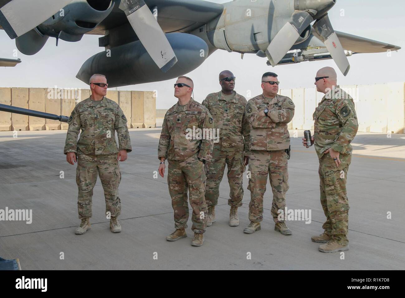 Le Lieutenant-colonel de l'armée américaine Jessie Griffith, centre gauche, commandant du 925e Bataillon, Passation de commandement et le Sgt. Le major Timothy Boson, centre droit, 925e Bataillon du contractant, le sergent-major tour AC-130W II Stinger pendant leur combat bataille circulation à Al Asad Air Base (AAAB), l'Iraq, 5 octobre 2018. AAAB est une combinaison d'un groupe de travail conjoint - Fonctionnement amélioré la capacité inhérente de résoudre partenaire emplacement consacre à la formation des forces des partenaires et renforcer leur efficacité. Photo Stock