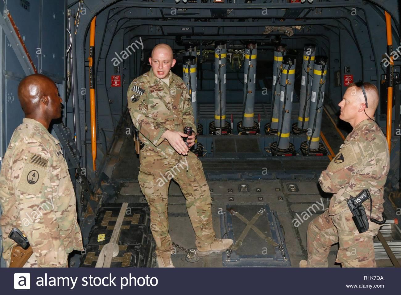 U.S. Air Force Tech. Le Sgt. Brent Armstrong, surintendant des opérations expéditionnaires pour 16e Escadron d'opérations spéciales, explique des capacités balistiques de l'AC-130W II Stinger gunship à lieutenant-colonel de l'armée américaine Jean Pharaon, à gauche, et le lieutenant-colonel de l'armée américaine Jessie Griffith, droit, à Al Asad Air Base (AAAB), l'Iraq, 5 octobre 2018. AAAB est une combinaison d'un groupe de travail conjoint - Fonctionnement amélioré la capacité inhérente de résoudre partenaire emplacement consacre à la formation des forces des partenaires et renforcer leur efficacité. Photo Stock