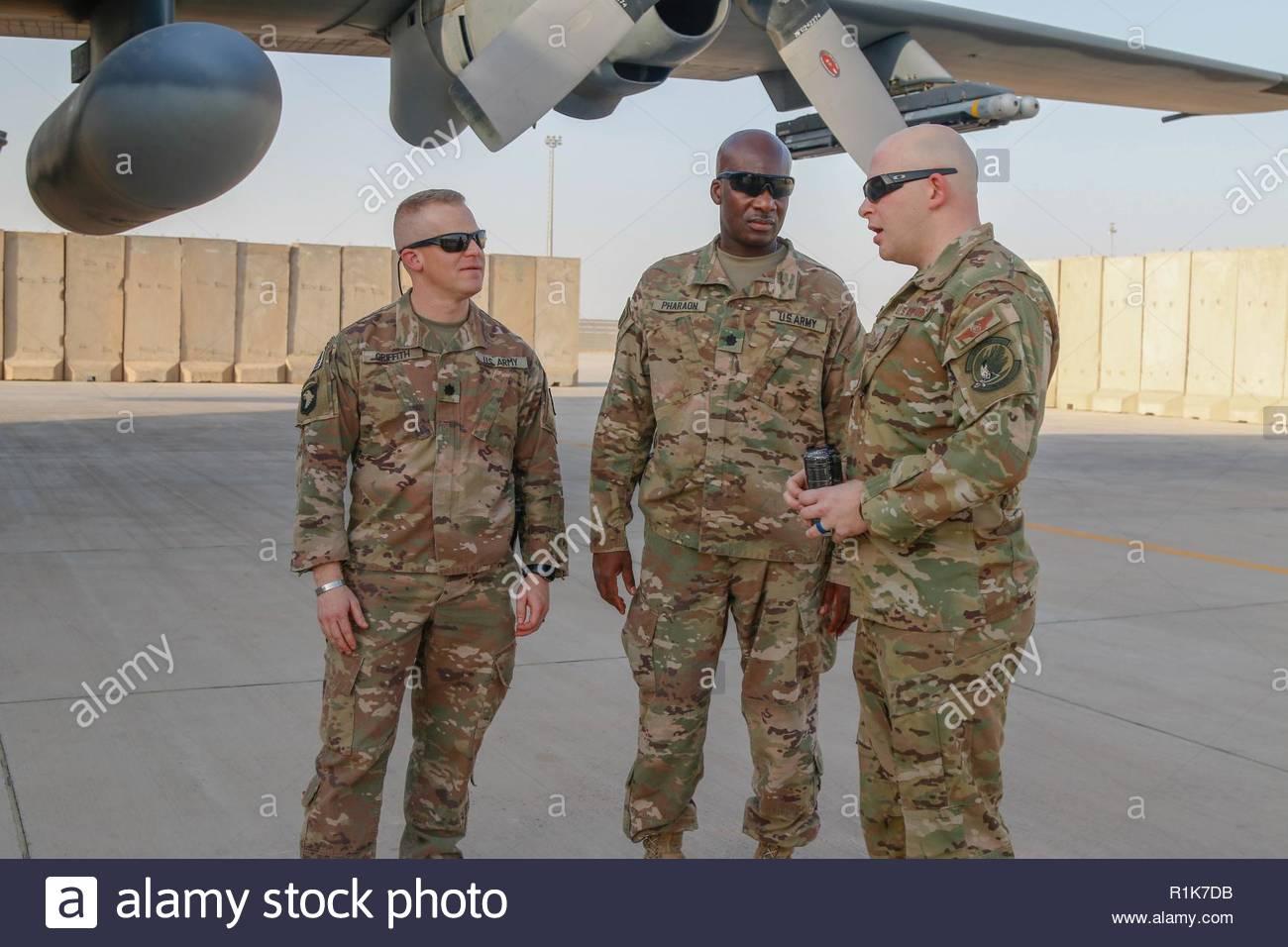 U.S. Air Force Tech. Le Sgt. Brent Armstrong, droite, surintendant des opérations expéditionnaires pour 16e Escadron d'opérations spéciales, répond aux questions sur l'AC-130W II Stinger de combat du lieutenant-colonel de l'armée américaine Jessie Griffith, à gauche), commandant du 925e Bataillon du contractant, à l'Al Asad Air Base (AAAB), l'Iraq, 5 octobre 2018. AAAB est une combinaison d'un groupe de travail conjoint - Fonctionnement amélioré la capacité inhérente de résoudre partenaire emplacement consacre à la formation des forces des partenaires et renforcer leur efficacité. Photo Stock