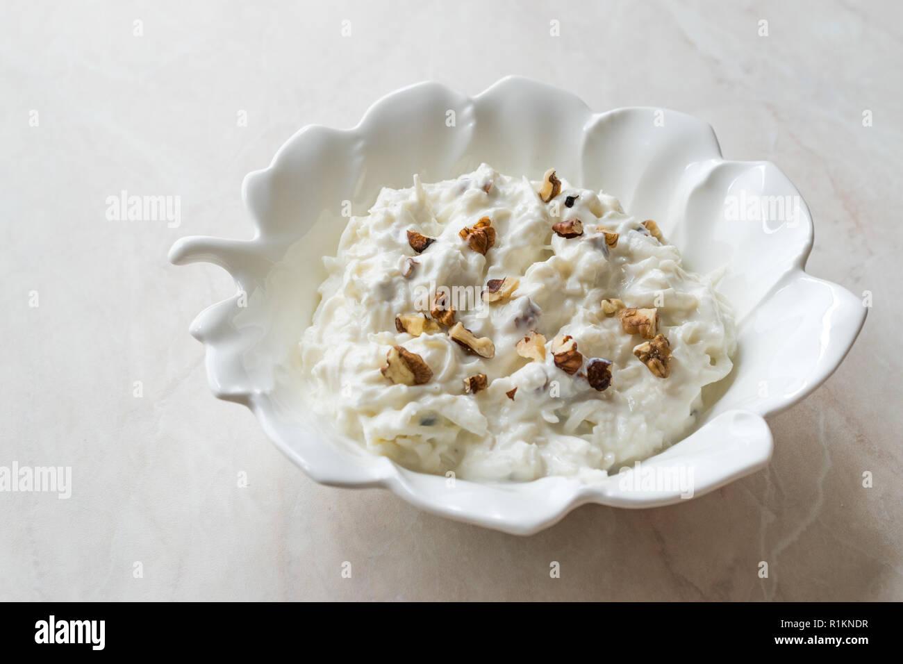 Salade de céleri avec du yaourt et des noix en forme de feuille d'exposition. L'alimentation biologique. Banque D'Images