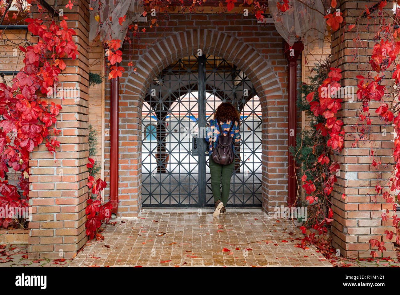 Jeune fille à la décoration de l\'intérieur de fer voûté en brique ...