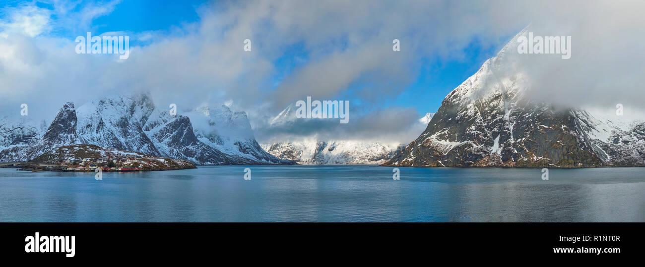 Norwegian fjord et montagne en hiver. Les îles Lofoten, Norvège Banque D'Images