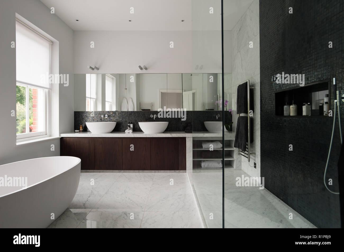Salle de bains monochrome moderne Banque D'Images