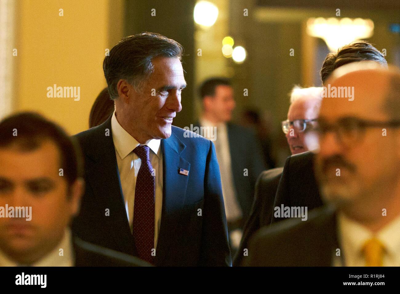 Washington, États-Unis d'Amérique. 14Th Nov, 2018. États-unis le sénateur-élu Mitt Romney (républicain de l'Utah) quitte la réunion du caucus républicain du Sénat à l'United States Capitol sur la colline du Capitole à Washington, DC Le 14 novembre 2018. Crédit: Alex Edelman/CNP Crédit dans le monde entier | conditions: dpa/Alamy Live News Banque D'Images