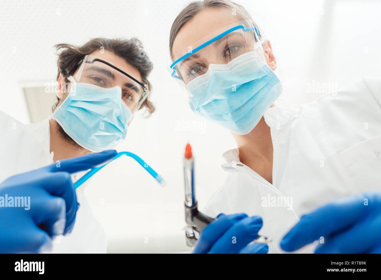 Dentistes avec leurs outils de point de vue à la patient à Banque D'Images