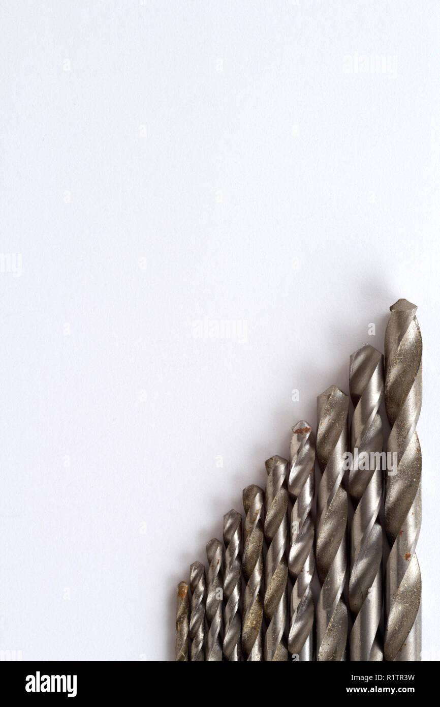 Bien utilisés et la rouille specked twist drill bits sur du papier blanc avec copie espace Photo Stock